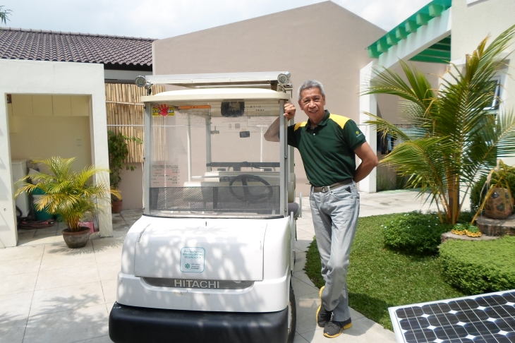 A geologist by profession, Rod Tolentino shows off his solar powered golf cart his kids use for small errands (and play) around their community.